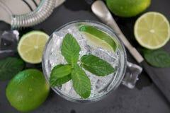 Cocktail di Mojito sulla tavola di pietra scura immagini stock libere da diritti