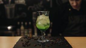 Cocktail di Mojito in un vetro del tulipano su un contatore della barra archivi video