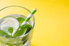 Cocktail di Mojito in vetro su giallo Fotografie Stock Libere da Diritti