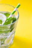 Cocktail di Mojito in vetro su giallo Immagine Stock Libera da Diritti