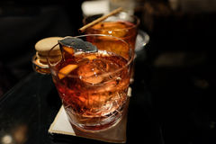 Cocktail di Negroni con la palla di ghiaccio handcrafted Immagini Stock