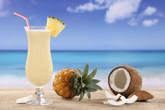 Cocktail di Pina Colada sulla spiaggia Fotografie Stock Libere da Diritti