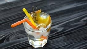 Cocktail di rinfresco con due paglie su una tavola di legno stock footage