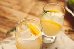 Cocktail di rinfresco con il limone Fotografia Stock