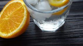 Cocktail di rinfresco su una tavola di legno stock footage