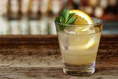 Cocktail di Southside sulla barra immagine stock libera da diritti