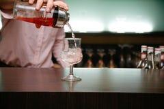 Cocktail di versamento del barista Fotografia Stock Libera da Diritti