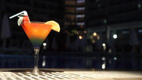 Cocktail dichtbij de pool stock footage