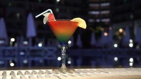 Cocktail dichtbij de pool stock video