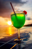 Cocktail dichtbij het zwembad Stock Foto
