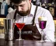 Cocktail die in de bar maken royalty-vrije stock foto