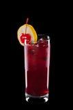 Cocktail die op een zwarte achtergrond wordt geïsoleerdd Stock Afbeeldingen