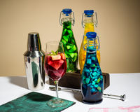 Cocktail dipinti frutta luminosa di colore, limonata, agitatore della barra, foto dello studio Immagine Stock