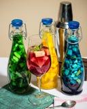 Cocktail dipinti frutta luminosa di colore, limonata, agitatore della barra, foto dello studio Fotografie Stock