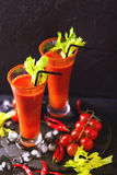 Cocktail do Bloody Mary com pimenta de pimentão, gelo e selery Imagem de Stock Royalty Free