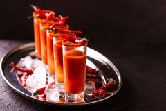 Cocktail do Bloody Mary com pimenta, gelo e aipo de pimentão Fotografia de Stock