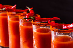 Cocktail do Bloody Mary com pimenta, gelo e aipo de pimentão Foto de Stock