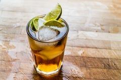 Cocktail do chá gelado do Long Island com cal e gelo na superfície de madeira Foto de Stock Royalty Free
