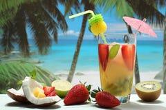 Cocktail com fruto na praia imagens de stock royalty free
