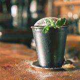 Cocktail do close up no clube noturno Imagens de Stock