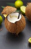 Cocktail do coco em uma tabela preta Imagem de Stock
