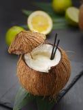 Cocktail do coco em uma tabela preta Fotos de Stock