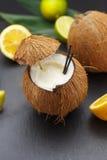 Cocktail do coco em uma tabela preta Foto de Stock