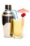 Cocktail do colada de Pina com guarda-chuva & abanador Fotos de Stock Royalty Free