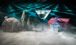 Cocktail do inverno - cena da bebida alcoólica e da neve com um tema do Natal ou ideias e receitas para a bebida do Natal Vidro d fotos de stock royalty free