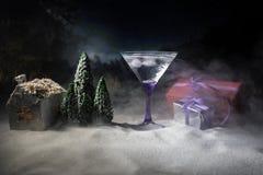 Cocktail do inverno - cena da bebida alcoólica e da neve com um tema do Natal ou ideias e receitas para a bebida do Natal Vidro d fotografia de stock