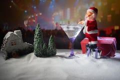Cocktail do inverno - cena da bebida alcoólica e da neve com um tema do Natal ou ideias e receitas para a bebida do Natal Vidro d foto de stock royalty free