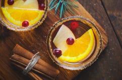 Cocktail do inverno, sangria do Natal com fatias de Apple, laranja, arando e especiarias, bebida de refrescamento foto de stock royalty free
