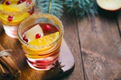 Cocktail do inverno, sangria do Natal com fatias de Apple, laranja, arando e especiarias, bebida de refrescamento fotos de stock