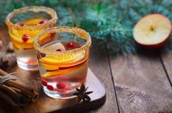 Cocktail do inverno, sangria do Natal com fatias de Apple, laranja, arando e especiarias, bebida de refrescamento imagem de stock royalty free