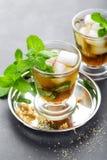 Cocktail do julepo de hortelã com bourbon, gelo e hortelã no vidro imagens de stock royalty free