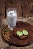 Cocktail do kefir com um pepino em uma tabela de madeira Imagem de Stock Royalty Free
