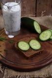 Cocktail do kefir com um pepino em uma tabela de madeira Foto de Stock Royalty Free