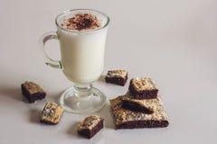 Cocktail do leite com as cookies do chocolate na tabela Fotografia de Stock Royalty Free