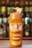 Cocktail do MAI TAI no fim do vidro do tiki acima imagem de stock