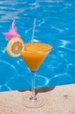 Cocktail door de pool Stock Foto's