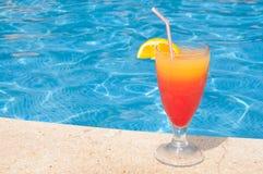 Cocktail door de pool Royalty-vrije Stock Foto
