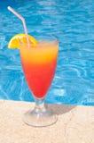 Cocktail door de pool Royalty-vrije Stock Fotografie