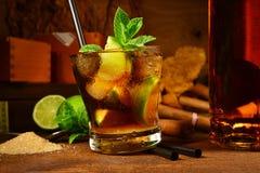 Cocktail du Cuba Libre avec des cigares photographie stock