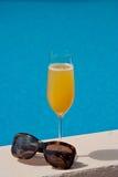 Cocktail durch das Pool Stockbild