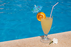 Cocktail durch das Pool Lizenzfreie Stockbilder