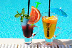 Cocktail durch das Pool stockbilder