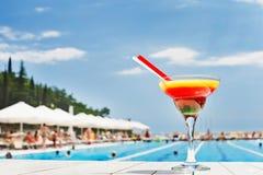 Cocktail durch das Pool an einem sonnigen Tag Stockfotografie