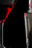 Cocktail e abanador cosmopolitas no fundo preto Imagens de Stock