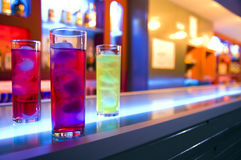 Cocktail e barra di notte fotografia stock libera da diritti