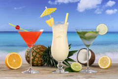 Cocktail e bebidas na praia e no mar Foto de Stock Royalty Free